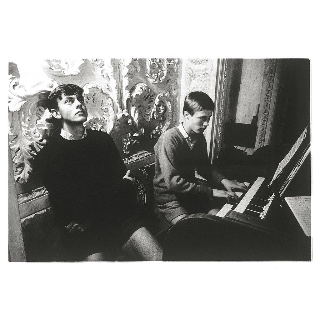 Mike belauscht die Musik eines Mitschülers Schule Schloß Salem, 1963