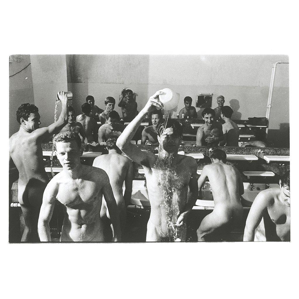 Mike und die anderen schmeißen sich mit Wasser Schule Schloß Salem, 1963