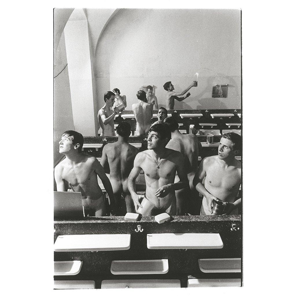 Ins Licht schauen beim Waschen Schule Schloß Salem, 1963