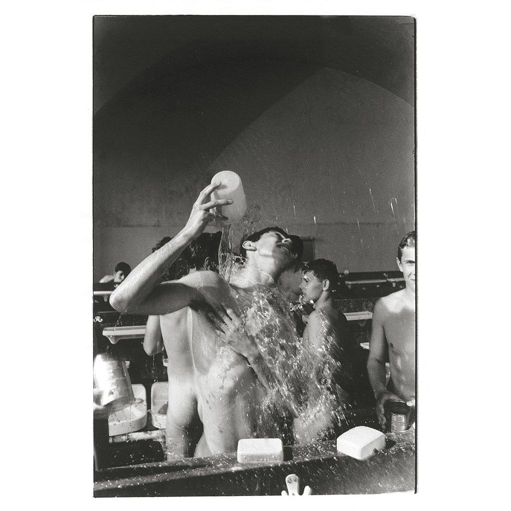 Mike schmeißt Wasser auf sich Schule Schloß Salem, 1963
