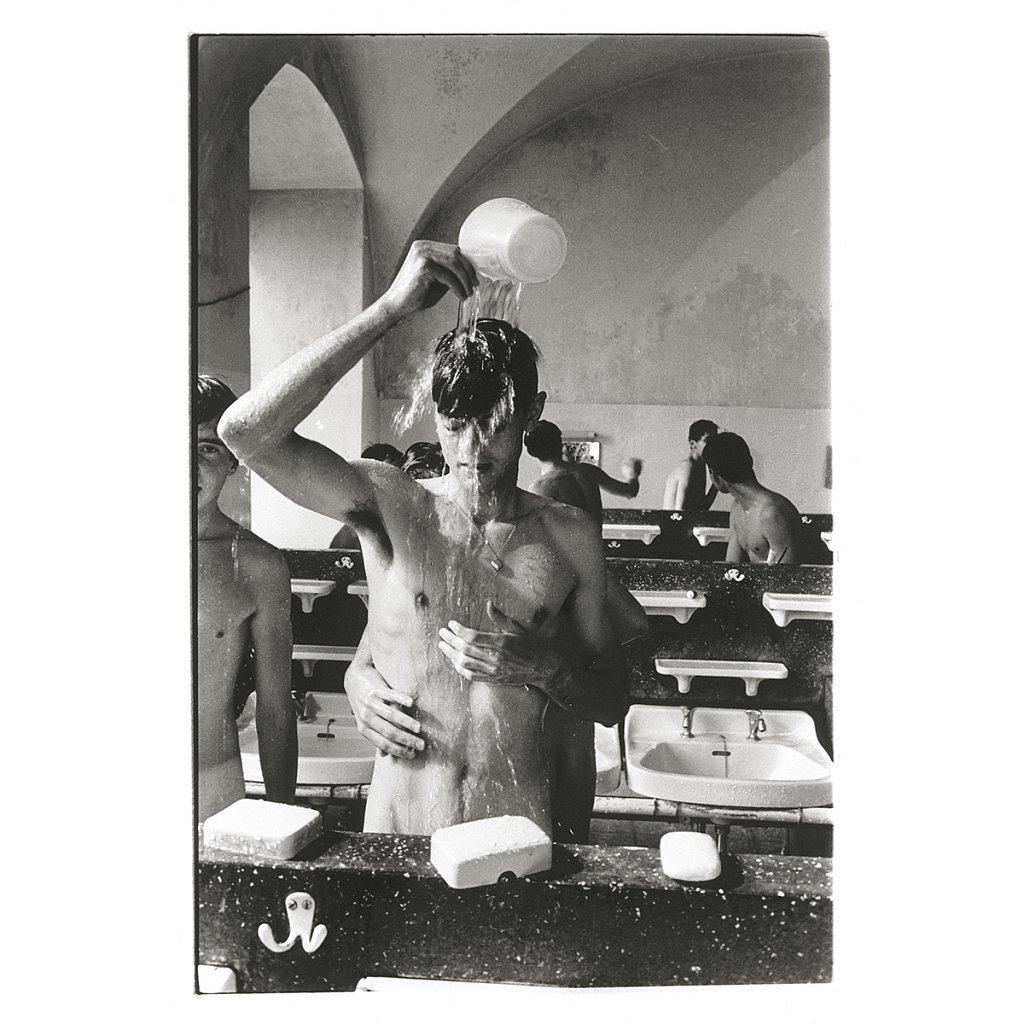 Einer greift nach Seife und berührt Mike Schule Schloß Salem, 1963